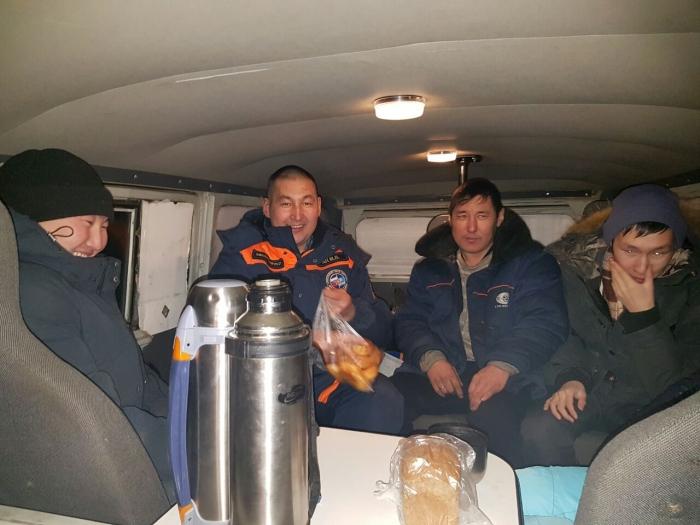 fA1Lf6d9 В Якутии микроавтобус УАЗ провалился под лед