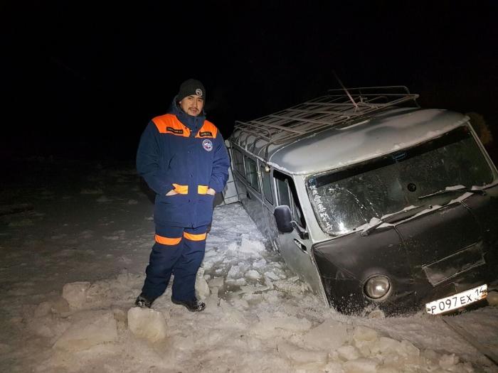 pkkm0nHs В Якутии микроавтобус УАЗ провалился под лед