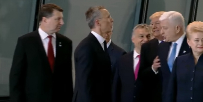 FaP2zypz Трамп грубо оттолкнул премьера Черногории, чтобы встать в первом ряду