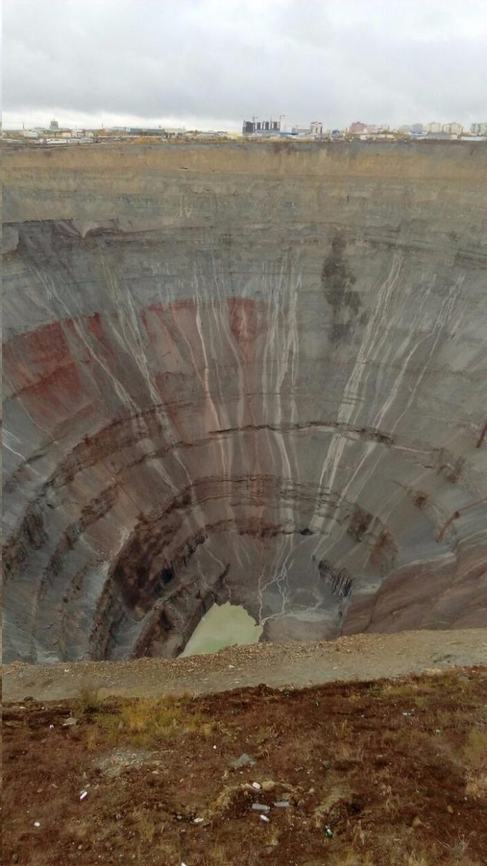 """fEAthFe0 Фотофакт: На руднике компании """"АЛРОСА"""", где погибли горняки, появился странный силуэт"""