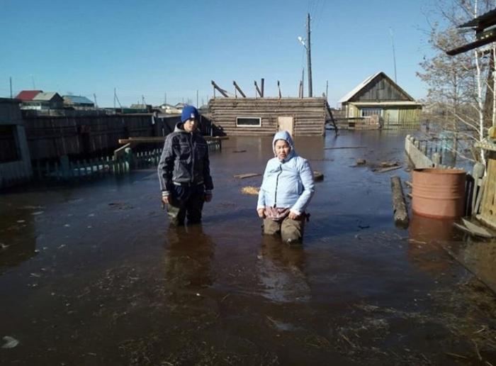 DuX1Xyyd Фотофакт в с. Октемцы: «Сначала мы пытались спасти вещи, дома, а сейчас ждем, только, когда вода уйдет»