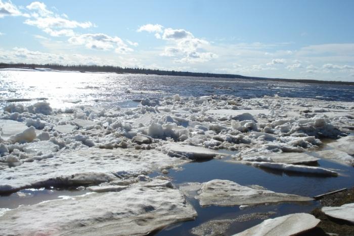 io6e2CD7 В Якутии мужчина и женщина поплыли через реку за продуктами и утонули