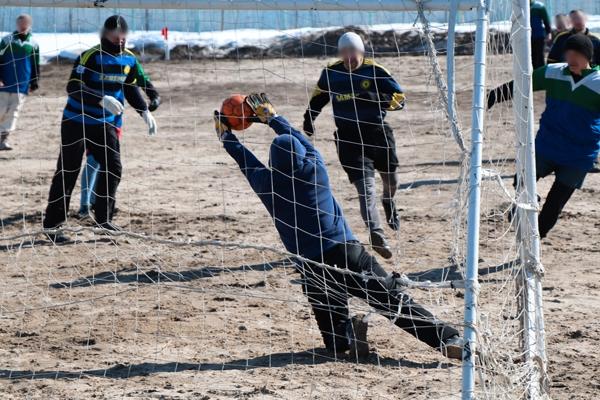 В якутской исправительной колонии № 6 осуждённые сыграли в зимний футбол